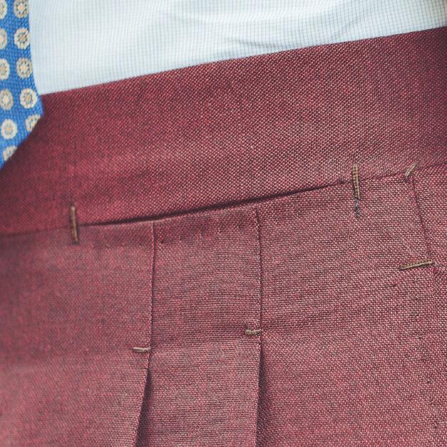 dettaglio di pantaloni su misura bordeaux della Sartoria Di MIlano Acquadimare