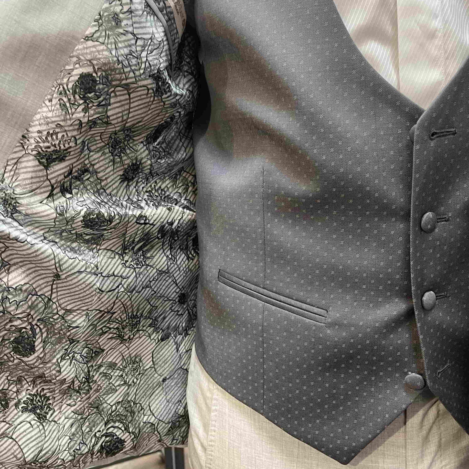 Un abito da sposo grigio perla con gilet in seta