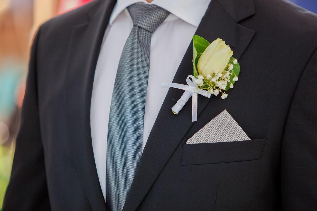 abito da sposo con fiore all'occhiello giallo